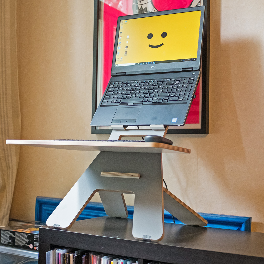 Seisomapöytä ja tietokone ergonomisessa asennossa.